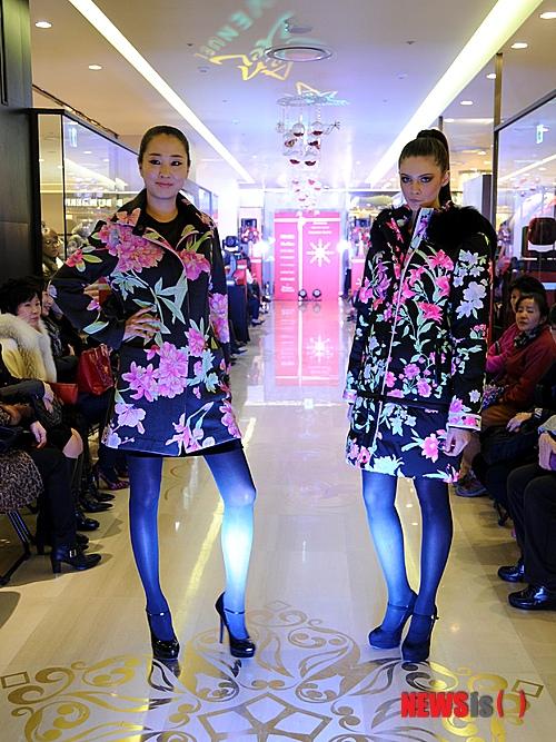 5196b823dbd 【부산=뉴시스】하경민 기자 = 23일 롯데백화점 부산본점 에비뉴엘관에서 열린 해외명품 의류 패션쇼에 참가한 모델들이 8개 해외명품  의류를 소개하고 있다.