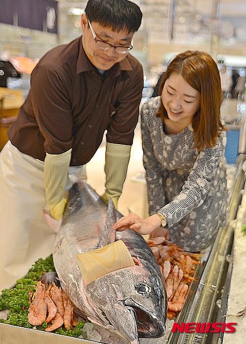 12b1fc011ea 【부산=뉴시스】하경민 기자 = 부산지역 롯데백화점 4개점은 지난 3일 제주도 동북쪽 해역에서 320t 가량 어획돼 화제가 된 참다랑어를  구입해 식품관에서 판매하고 ...