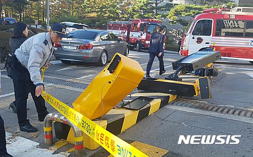 【国際】韓国最高検察庁に重機で突っ込む 運転手の男「崔氏が死ぬのを手伝ってやろうと思った」と供述 ★3 [無断転載禁止]©2ch.net YouTube動画>22本 ->画像>29枚