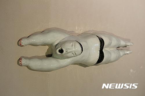 <【서울=뉴시스】김성천, 수영, 2016, 백토 환원소성 1360°, 90 x 27 x 25 cm>