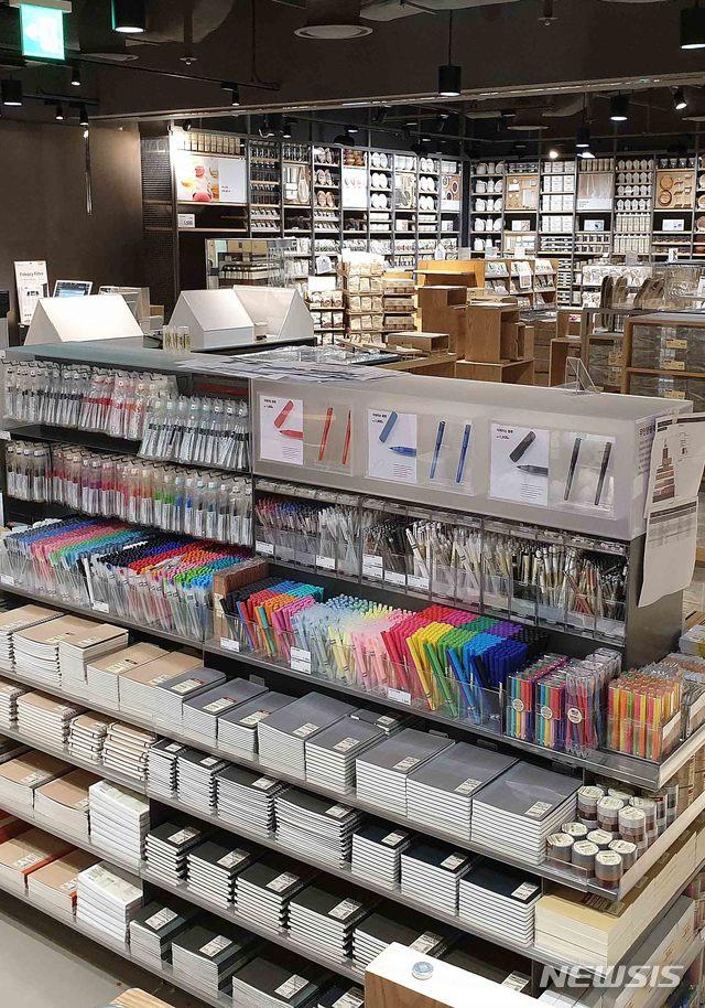 fcdb6e69ab1 【부산=뉴시스】 롯데백화점 부산본점은 지역 상권 최대 규모로 새단장한 생활용품 전문매장인 '무인양품'(MUJI)을 오는 28일 에비뉴엘  지하2층에 개장한다고 25일 ...