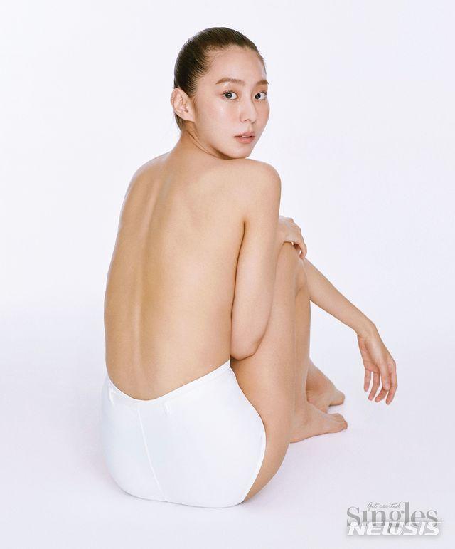 유이, 파격 세미 누드 공개...아찔한 바디라인